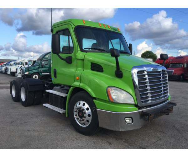 2013 Freightliner Cascadia Day Cab 1