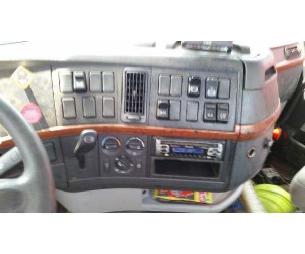 2004 Volvo VNL64T300 Day Cab 4