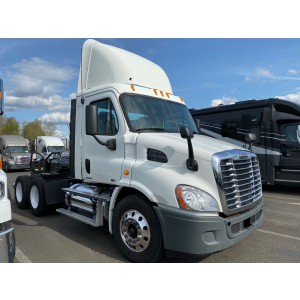 2011 Freightliner Cascadia Day Cab in OR