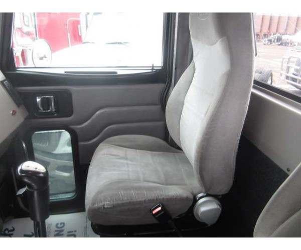 2005 Peterbilt 335 Day Cab 11