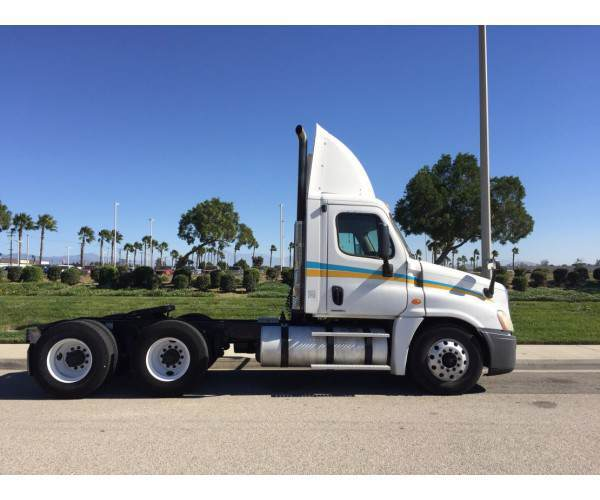 2009 Freightliner Cascadia Day Cab 3
