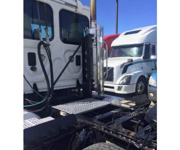 2011 Freightliner Cascadia Day Cab 4