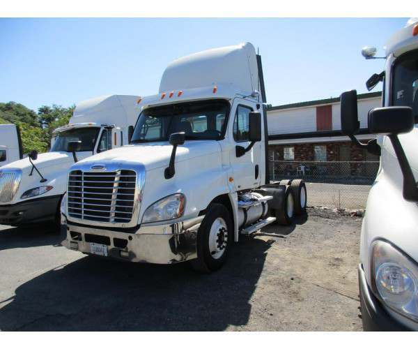 2010 Freightliner Cascadia Day Cab 1