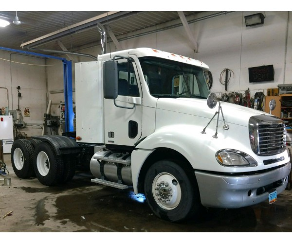 2007 Freightliner Columbia Day Cab in ND
