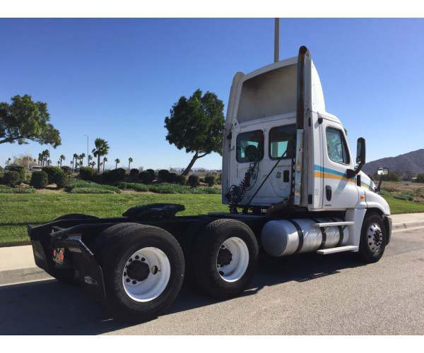 2009 Freightliner Cascadia Day Cab 4