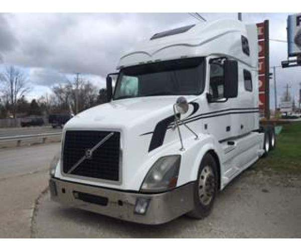 2010 VOLVO VNL780  VOLVO D13 ENGINE   MILES 652,000  9 SPEED TRANS CONVERTIBLE TO 13  DOUBLE BUNK  ALL VIRGIN TIRES