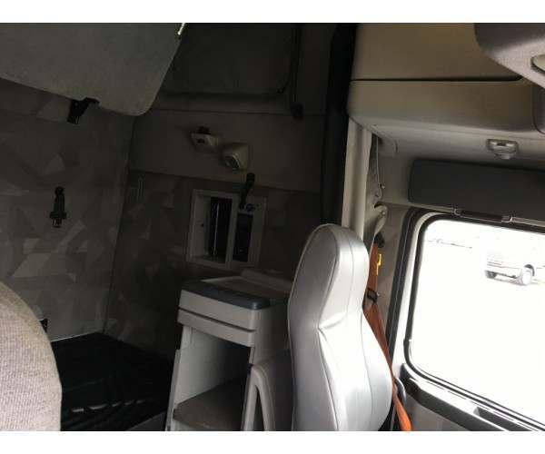 2011 Volvo VNL64T670 2