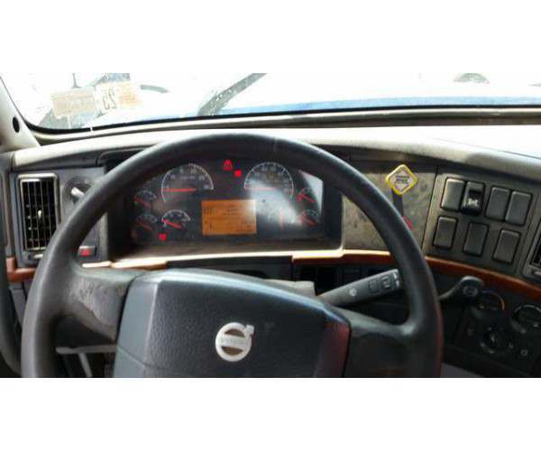 2004 Volvo VNL64T300 Day Cab 7