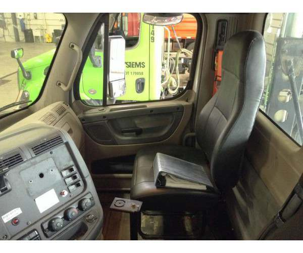 2010 Freightliner Cascadia Day Cab 4